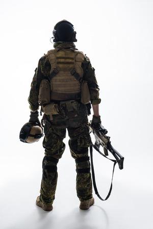 전체 길이 군인 현대 무기 유지 카메라를 다시 터 닝하는 동안. 육군 개념