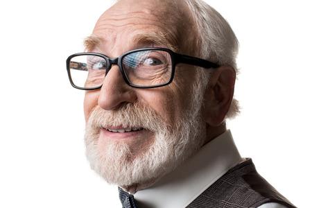 Gute Augen. Schließen Sie oben vom reifen männlichen Gesicht in den gestalteten Gläsern, die Kamera mit Freude betrachten. Isoliert auf hintergrund