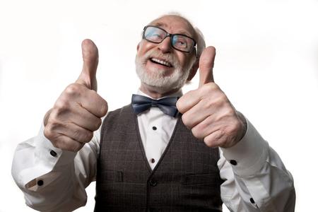 たいへん良い。親指を立て、微笑む白髪の脱毛先輩の肖像画をウエストアップ。手に焦点を当てる。バックグラウンドで分離