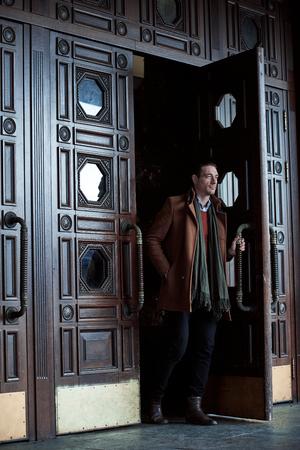 Ganzaufnahme des ruhigen Mannes gehend von der Tür Standard-Bild - 93598418