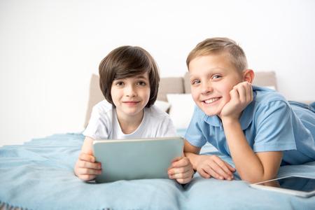 放課後に作り直す穏やかな男の子たち。彼らはガジェットを持ち、喜んでカメラを見ている