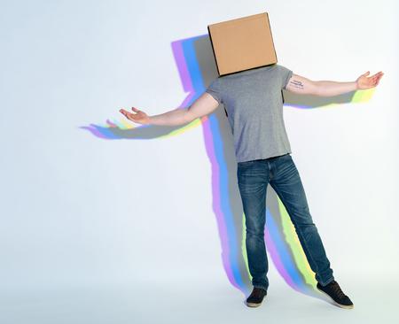 Volledige lengte man met kartonnen doos gebaren handen. Geluk concept Stockfoto