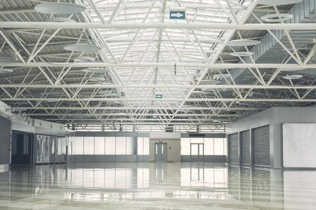 Großes leeres Gebäude im Inneren mit breiten Fenstern zum Mieten.