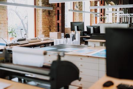 Panoramica di un moderno ufficio tipografico con una buona attrezzatura
