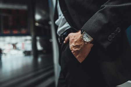 Close up of a hand of a businessman holding it in a pocket while going to work Foto de archivo - 111412148