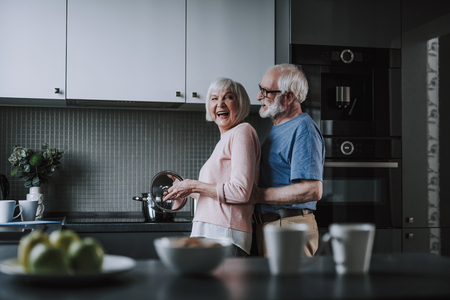 Elder couple preparing dinner together on kitchen 版權商用圖片 - 120339581
