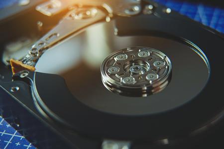 Nahaufnahme der geöffneten Festplatte von der Computer-Festplatte