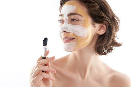 Linda mujer sonriente con mascarilla y cepillo