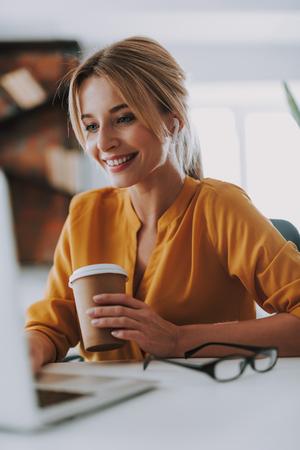 Mujer con auriculares trabajando en la computadora portátil Foto de archivo