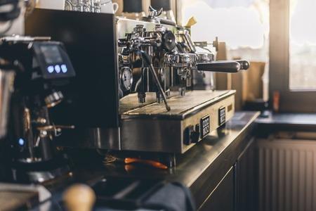 Zacht licht in de cafékeuken met espressomachine op tafel Stockfoto