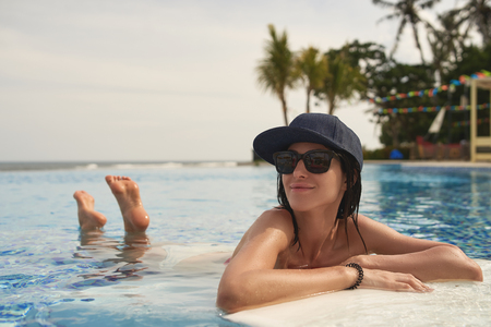 Mujer alegre disfruta de un clima cálido en el resort