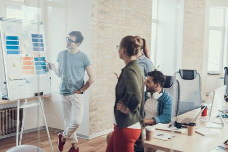 Junge Jungs und Mädchen arbeiten im Büro zusammen