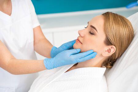 Seitenansicht der Frau im Kosmetikbüro mit geschlossenen Augen