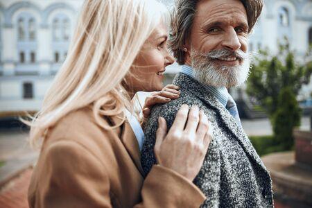 Glad smiling mature couple outdoors stock photo 版權商用圖片 - 128762123