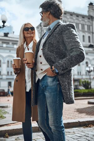 Elegant couple drinking coffee in the street stock photo 版權商用圖片