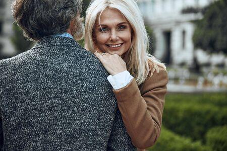 Smiling woman hugging shoulder of man stock photo 版權商用圖片 - 128762218