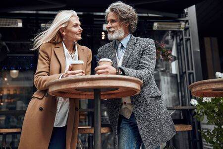 Smiling couple at the cafe high table stock photo 版權商用圖片 - 128762562