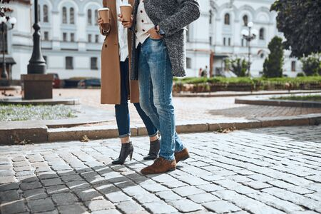 Couple standing on the pavement stock photo 版權商用圖片 - 128762872