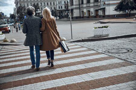 Romantic couple crossing the street stock photo 版權商用圖片