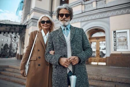 Smiling adult couple near the building stock photo 版權商用圖片 - 128763893