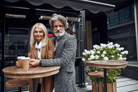 Embracing man and woman in street cafe stock photo 版權商用圖片 - 128763955