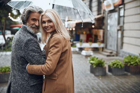Smiling couple enjoying rainy day stock photo 版權商用圖片 - 128764487