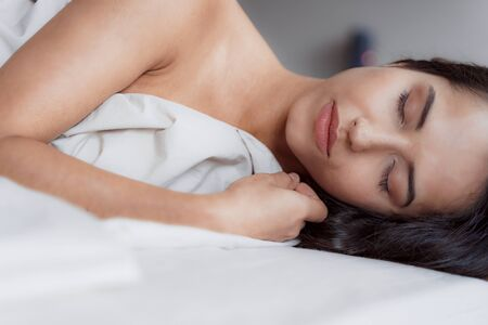 Good-looking woman smiling in her morning sleep Banque d'images - 129524180