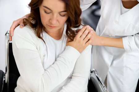 Krankenschwester tröstet traurigen Patienten stockfoto