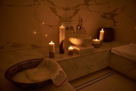 Ambiance romantique du bain turc avec bougies près du lavabo Banque d'images