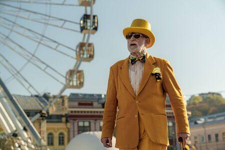 Homme âgé insouciant dans le parc d'attractions stock photo Banque d'images