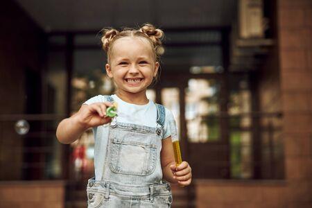 Happy smiling girl with soap bubbles 版權商用圖片