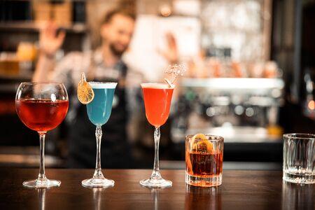 Hermosa línea de fila de cócteles de alcohol de diferentes colores Foto de archivo