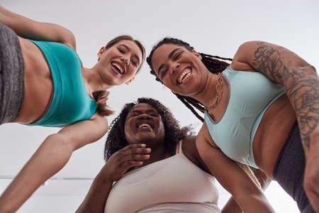 Three multiracial joyful happy women standing together 免版税图像 - 151111826