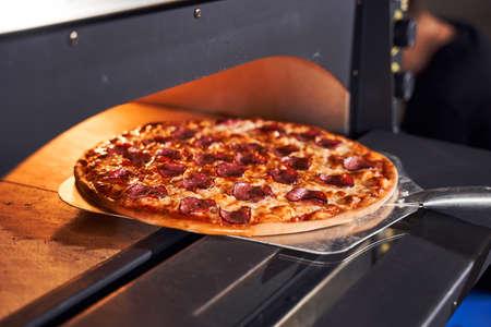 Baking tasty italian pizza concept Foto de archivo
