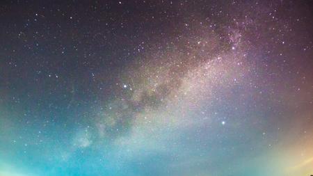 夜の空の背景で天の川銀河の抽象的な長時間露光