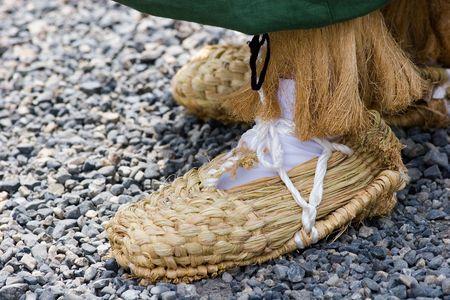 京都で日本のパレードの参加者に手織りのサンダル。