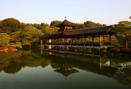 京都、日本の神社の池の木製の橋。