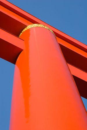 京都、日本の神社の前に巨大な門。