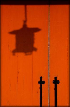 ランタンの影と寺院の扉。 写真素材