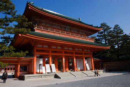 美しい、晴れた日の京都の平安神宮。