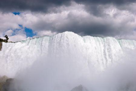 霧の前景でカナダ ナイアガラの滝。