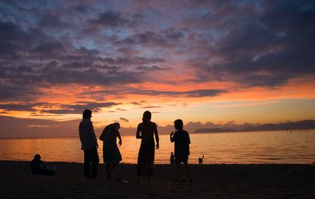 友人 sihouetted 日の出で琵琶湖に京都に近い。