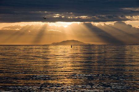 京都近く琵琶湖に昇る太陽。 写真素材