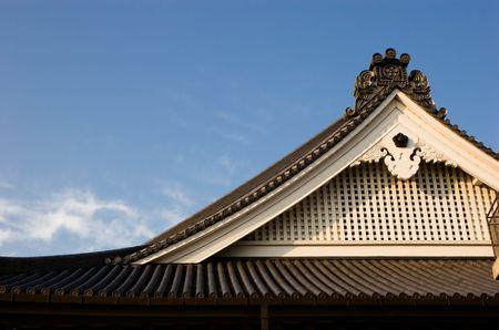 日本の京都での寺の屋上の詳細なショット。