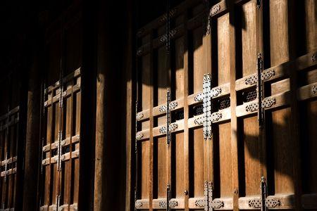 そっと点灯して木製ドア寺 (Miyoshinji) 京都、日本。