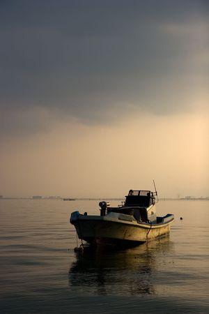 京都市の近くの琵琶湖で釣りボート。