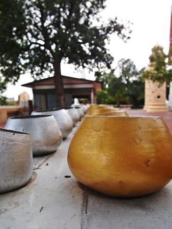 limosna: Fila de plata y oro limosnas tazones