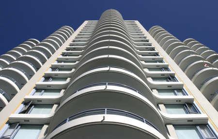 apartment market: Perspectiva de vista de un blanco edificio de apartamentos.