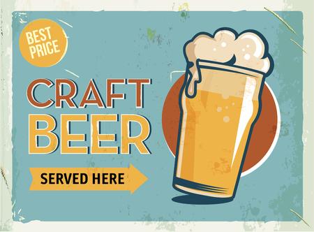 Signo retro del metal de Grunge con la cerveza. Vaso de cerveza artesanal fría. Cartel del vintage. Letrero de la carretera. Diseño pasado de moda.