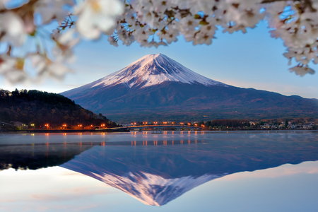 Fuji Mountain Reflection and Sakura Branches at Kawaguchiko Lake, Japan Imagens